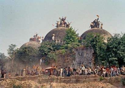 Hindu mob demolishing the mosque